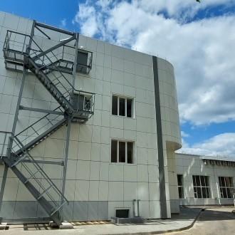 Вентилируемый фасад из композитных панелей здания ФСО России ВИПС